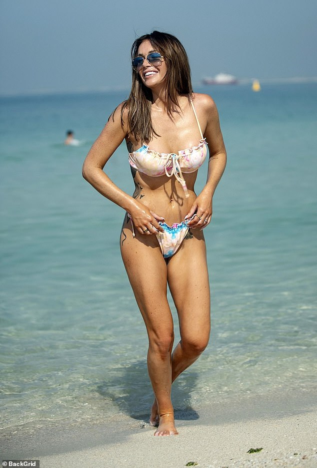 Laura Anderson shows off her svelte frame on the beach in Dubai 8