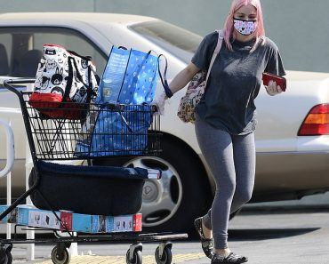 Ariel Winter keeps it comfortable in leggings as she makes a serious Petco run for her four dogs 4