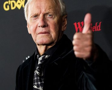 Crocodile Dundee's Paul Hogan reveals how fight with Clyde Packer nearly cost him his career 1
