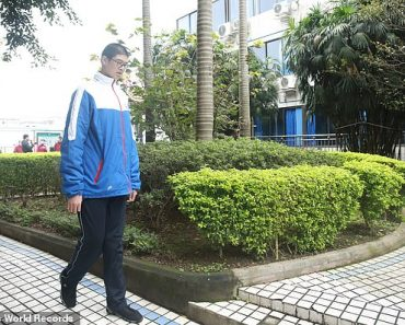 Is this the tallest boy in the world? Chinese pupil, 14, is already SEVEN FOOT THREE  3