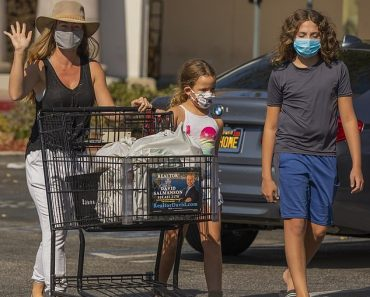 Kendra Wilkinson keeps it casual cool in fedora on grocery run in LA with kids 32