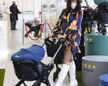 Pregnant Charlotte Dawson goes shopping in blue maternity wrap dress 4