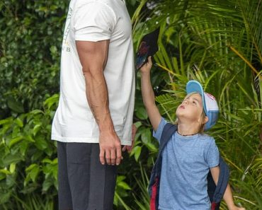 A barefoot Chris Hemsworth picks up his six-year-old twin sons Tristan and Sasha from school 3
